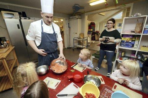 Fisk: Fisketaco stod på menyen da kokk Per Ivar Berget kom på besøk til Slottet barnehage.Foto: Helene hovden