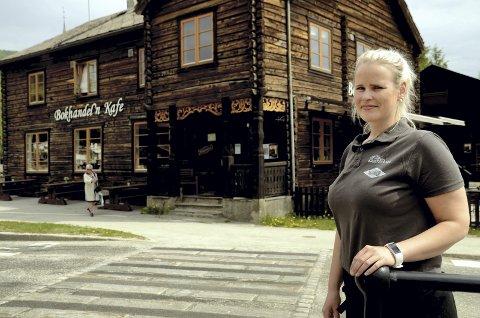Vagver: Camilla Gundersen har arbeidd på Bokhandel'n sidan 2011. – Eg har grodd fast her, humrar Gundersen.