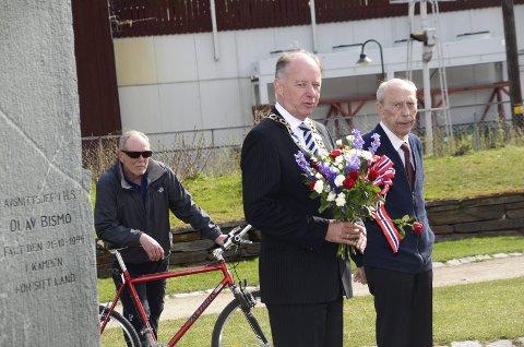 8. mai: Ordfører Dag Erik Pryhn og Gudmund Tollefsrud ved Olav Bismos bauta i Jernbaneparken under 8. mai-markeringen.