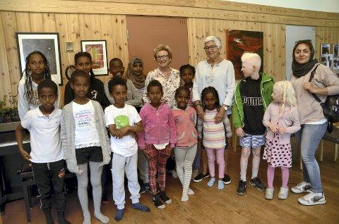 Takksame: Elsa Hånsnar og Kari Anne Eide har hatt mange trivelege år saman med ungane på leksehjelp.