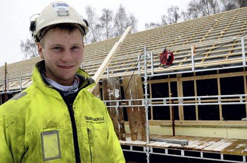 Dyktig ungdom: - Tømraryrket passar meg bra. Eg trivast med å vera i aktivitet og få drive ute, fortel Eirik Fagerheim Tofte. Foto: Helene Hovden
