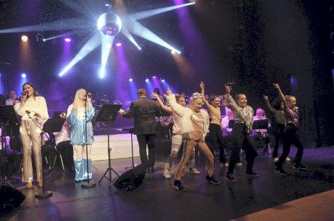 Det svinga godt: Vokalistane Synne Vorkinn og Eldri Tofte deltok på dei fleste av dei 21 låtane.