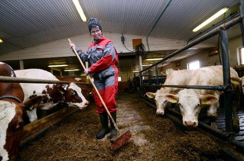 Turid elskar livet som bonde. - Det er så triveleg å arbeide med dyr.