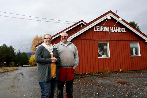 Benita og Odd Arne Fugleslåen i Otta Treprodukter har planer om å flytte produksjonen innen 1. november. Til våren følger butikken etter.