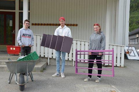 har flytting av barnehage som sommerjobb. Fv er Henning Sveine (15), Knut Lindsøe (16) og Camilla Jakobstad (17)