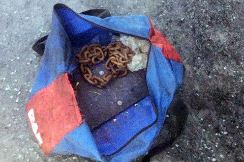 Bag med utrustning for nordnorske vinterveier.