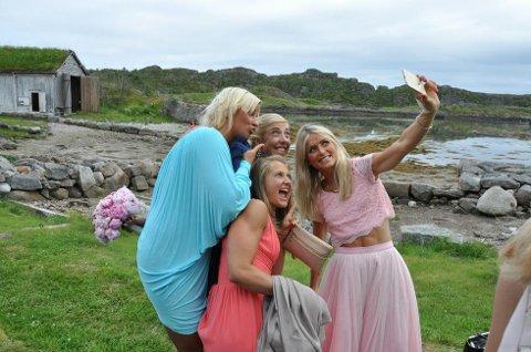 De norske stjernene koste seg i Storvågan. Her tar Therese Johaug, Kristin Størmer Steira, Ingvild Flugstad Østberg og Vibeke Skofterud en selfie. (Foto: Sander Lied Edvardsen)