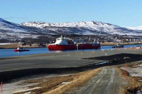 I SUNDET: Her er «MS Kvitbjørn» på vei fra Skattøra til Olavsvern mandag ettermiddag.