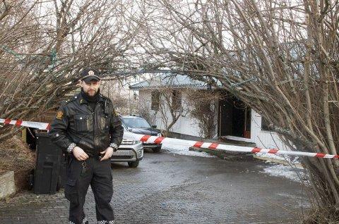 DØDSBRANN: En kvinne omkom i brannen i Holtet ved Harstad. Her sikrer politiet brannstedet.