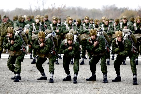 Conscripts, willing to join Russian airborne forces, train before boarding a plane during parachute jumping military exercises outside the southern city of Stavropol, Russia, October 29, 2015. REUTERS/Eduard Korniyenko