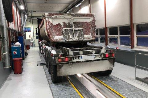 TOTALRENOVERT: Kontrollstasjonen ved E6 i Nordkjosbotn er blitt oppgradert for flere millioner kroner. Ny inspeksjonsgrav og ny vekt er blant annet på plass. Foto: Statens vegvesen