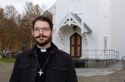 STILLER IKKE: Sogneprest Mikael Bruun vil ikke møte i kirka når Julie Schjøth blir ordinert her i Nordreisa kirke søndag. Foto: Ola Solvang