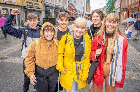 JERNBANETILHENGERE: Ådne Robertsen (fra venstre),  Matheos Leo, Ida Luther, Marie Wegner Barstad, Jorunn Bjørnadotter og Julie Nystød ønsker seg jernbane i Nord-Norge.