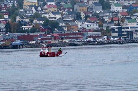 RYKKET UT: Havnevakta og båten «Havnevern» måtte rykke ut igjen fredag formiddag for å plukke opp potensielt farlig drivgods i Tromsøysundet.