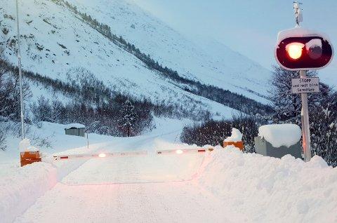STENGT: Veien gjennom Holmbuktura er ofte stengt, og da blir folk i Jøvik isolert fra omverdenen.