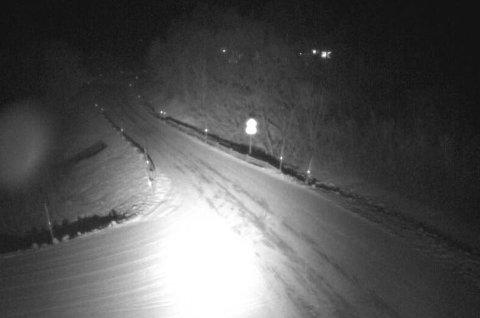 NYSNØ: På fylkesvei 91 på Breivikeidet har snøen lagt seg allerede onsdag kveld, viser kamerabilder fra Statens vegvesen.