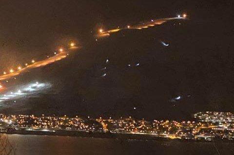 AVSLØRENDE: Hodelyktene i mørket avslører den meget risikable aktiviteten som foregår i det skredfarlige området ved siden av alpinbakken i Kroken.