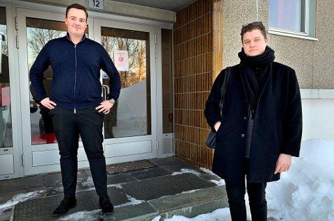 GOD AVSTAND: Megler Ruben Karlsen Olsen (t.v.) må på grunn av smittefare dele opp alle visningene og spre dem utover. Torsdag kom Lars Kaupang (26) på visning, med et mål om å komme seg inn i boligmarkedet.