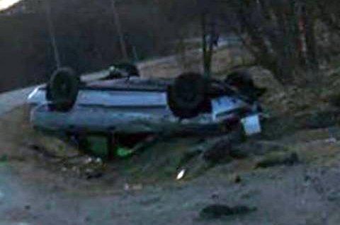 ULYKKE: Slik havnet bilen etter utforkjøringen i Kåfjord mandag.