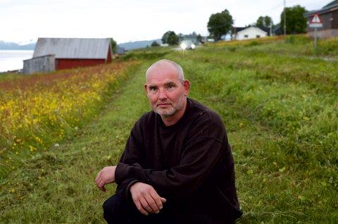 FOR BREDT: Vegvesenets kantslått har tatt et stort jafs av enga til bonde Eivind Halsnes