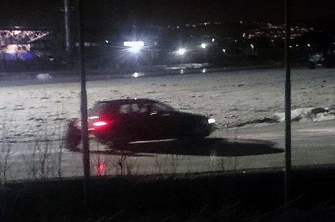 HÆRVERK: Her kjører bilen på skøyteisen i Tromsdalen natt til søndag. Råkjøringen ødela mange timers dugnadsarbeid for å legge forholdene til rette for skøyteglade tromsøværinger søndag.