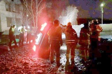 OMKOM: Ei kvinne omkom i ulykkesbilen i Rossfjord. Bildet fra ulykkestedet viser mannskaper fra brannvesenet som har kommet til. (Bildet ble lagt fram i retten som en del av påtalemyndighetens dokumenter i saken)