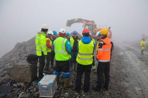 FLERE AKTØRER: Prøvetaking ved R10. Tromsø kommune tok egne prøver i tillegg til prøvetakingen til de innleide konsulentfirma Akvaplan Niva, samt Rambøll på vegne av utbygger.
