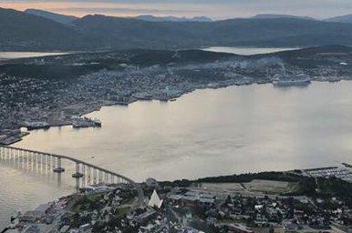 """RØYKLAGT: Her legger MSC """"Meraviglia"""" fra kai i Breivika. Røyk fra skorsteinen driver over Tromsø sentrum. Skipene har svært høye utslipp av blant annet svovel og nitrogenoksid, som kan være helseskadelig for mennesker."""