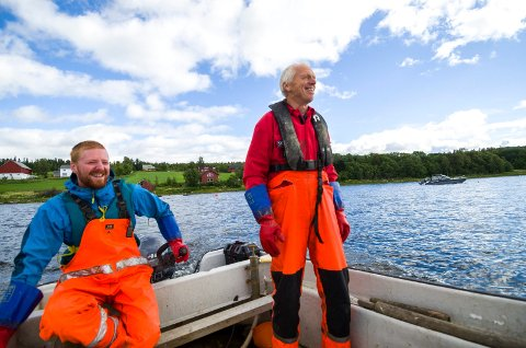 HER STARTET DET: Bjarne Reinert (til venstre), her sammen med far Viggo Reinert, på veg ut for å sjekke nota i 2015. 1. januar  i år tok førstnevnte over ansvaret for havbruksvirksomheten i Lerøy.