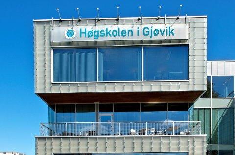 MÅ SKIFTE SKILT: Høgskolen i Gjøvik blir definitivt en del av et universitet etter kongelig statsråd fredag. Arkivbilde