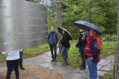 «Lysningen»: Per Olav Fjalestad, Hege Hermansen, Wenche Holmen og Tore Hermansen betrakter det nye minnesmerket på øya.