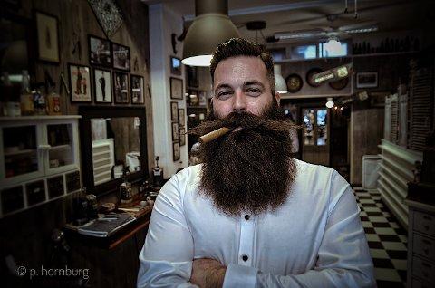 FRISØR: Hos barberer Thor Åge Olsby fikk norgemester Nils Kåre Fugelsnes stellet skjegget tilbake i 2016. Nå er Fugelsnes klar for VM.