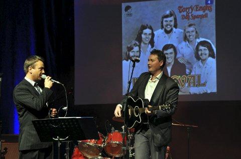 VOKALISTER: Tommy Øiamo, til venstre, har bakgrunn fra Torry Enghs, mens Espen Hagen Olsen er vikar i Ole Ivars og sang i Sven Ingvars-delen. I «Karoline Kjøs» slo de sine stemmer sammen. FOTO: Hans Olav Granheim
