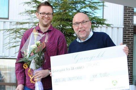 Rektor Knut Solhaug (t.h.) og tillitsvalgt Kenneth Skarås mottok IA-prisen for Oppland på vegne av Søndre land ungdomsskole.