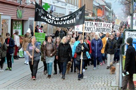 TYDELIG: Budskapet til de som hadde møtt opp til markering mot endring av abortloven i Lillehammer lørdag, var tydelig. Etter markering på Lilletorget gikk demonstrantene gjennom Gågata til Sigrid Undsets plass. Foto: Erik Børresen