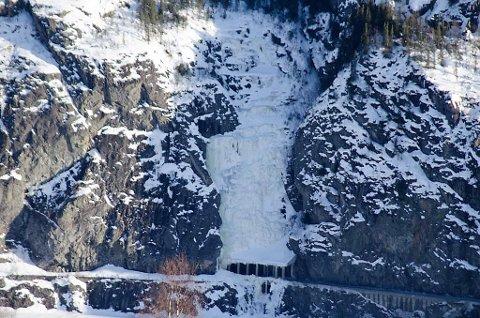 Det ligger mye snø og is ved det vestre tunnelløpet på E16 i Kvamskleiva. Foto: Ivar Hagerup