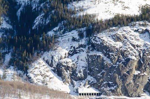Slik ser det ut ved det østlige  rasoverbygget. Øverst skimtes den gamle kongevegen.