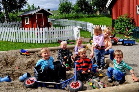 Arkivbilde: Kjersti Bratberg Bø med barn i Biri barnehage (2011)
