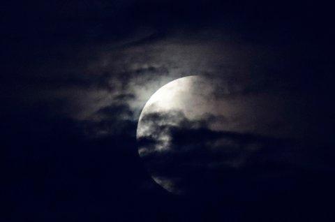 MÅNEFORMØRKELSE: Fredag var den mest langvarige totale måneformørkelsen i dette århundret.