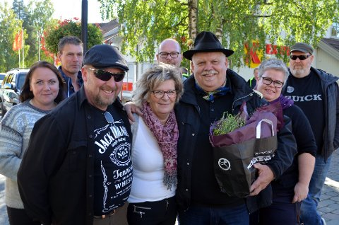 OVERRASKET: Flere av veteranbilvennene ble med på å overraske Landsbygeneralen. F.v. Silje Elton Solhaug, Finn Agmund Gillebo, Morten Sagstuen, Tove Haug, Bjarne Bjørnstad, Kjell Rønningen, Siw Nordberg Engebretsen og Kai Dahlby.