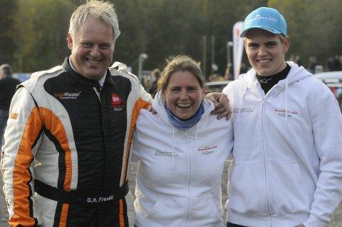 Far Geir Helge (til venstre) var minuttet raskere enn sønnen Håkon i Rally Hedemarken. Mor og ektefelle Nina holdt med begge.