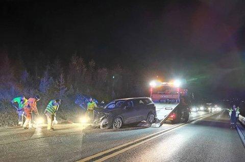 To biler er involvert i et sammenstøt på Lygna. Foto: Håvard Krågsrud