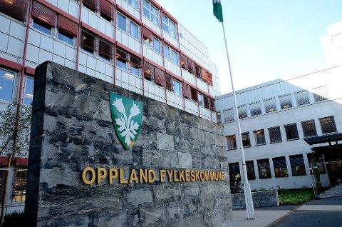 Oppland fylkeskommune har gitt kunst i gave til alle sine ansatte som en takk for innsatsen de har lagt ned i organisasjonen. Det har kostet fylkeskommunen et sjusifret beløp.