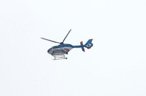 HELIKOPTERSØK: Politiet søker med helikopter i området rundt gården Vårnes, sør for Bondelia.