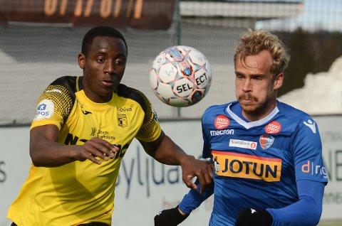 Pontus Engblom (t.h.) er toppscorer i 1. divisjon med 15 mål. To av dem kom i bortekampen mot Parfait Bizoza og Raufoss.