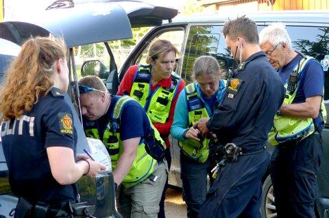 Redningshunder sendes ut for å lete etter mannen.