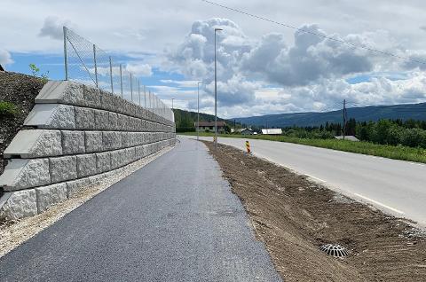 FERDIGSTILT: Den nye gang- og sykkelvegen er 2,2 kilometer lang og er en forlengelse av den som ble bygget mellom Coop Rogne og skolen i 2013. Oppland fylkeskommune bevilget cirka 44 millioner kroner totalt til strekningen.