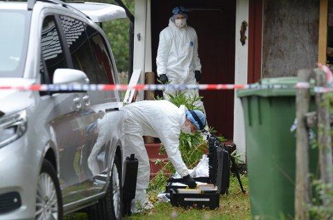 KRIPOS: Krimteknikere fra Kripos undersøkte boligen i Moen tirsdag. Foto: Bjørn Bjørkli