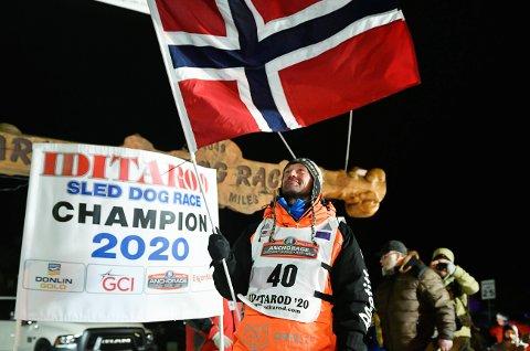 HEIA NORGE: Thomas Wærner kunne feire med det norske flagget etter triumfen i Iditarod, men han har ingen anelse om når han og hundene kan komme hjem til Torpa.
