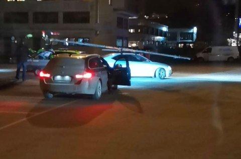 IKKE FOR LANG: Bilisten ble stoppet med en mast, ikke en flaggstang, som taksikra last. Etter at han merket masta godt fikk han kjøre videre.